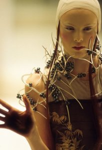 4._Tahitian_pearl_neckpiece_Shaun_Leane_for_Alexander_McQueen_Voss_Spring_Summer_2001_copyright_Anthea_Sims_jpg_610x610_q85